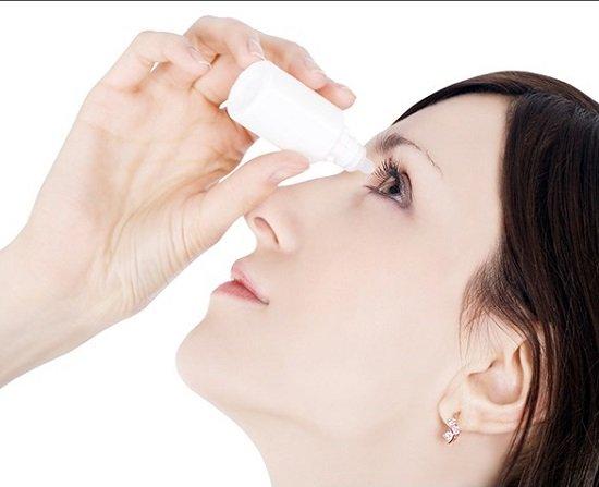 Dùng thuốc nhỏ mắt để chăm sóc mắt sau khi bấm