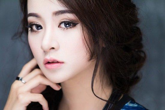 Phương Trang bấm mí mắt chỉ vàng